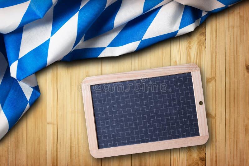 与一个空的黑板的巴法力亚桌布 免版税图库摄影
