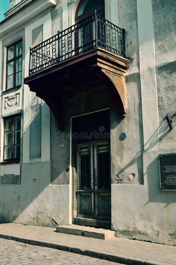 与一个精美阳台和一个木门,塔林,爱沙尼亚的老大厦 库存图片