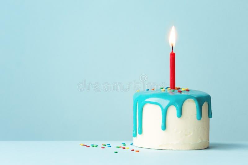 与一个红色蜡烛的生日蛋糕 库存图片