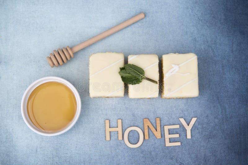 与一个罐的三个柠檬蛋糕蜂蜜和词蜂蜜 免版税库存照片