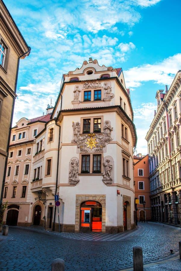 与一个美丽的房子的街道视图在布拉格,捷克老  库存照片