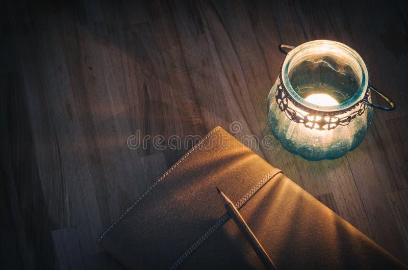 与一个老蜡烛灯笼的学报 库存图片