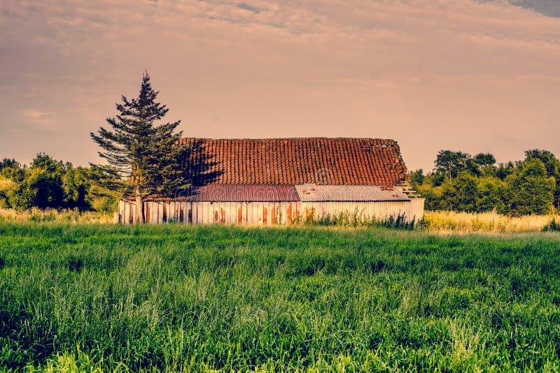 与一个老谷仓的乡下风景 免版税图库摄影