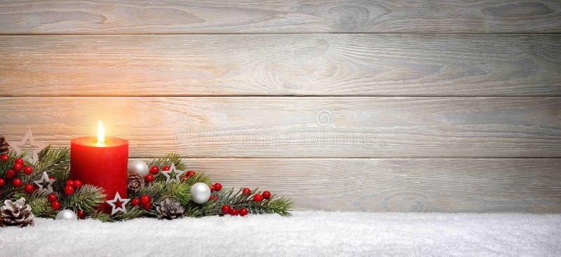与一个蜡烛的圣诞节或出现木背景 免版税库存照片