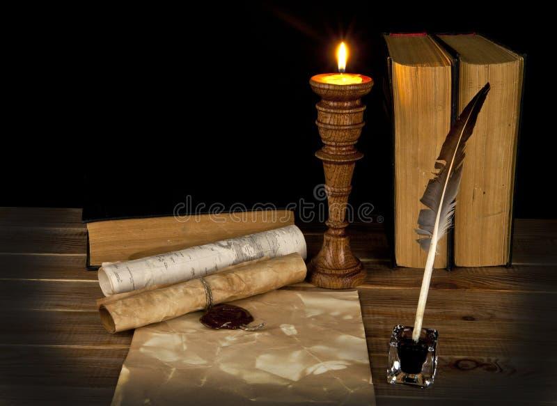 与一个蜡烛的旧书 免版税库存图片