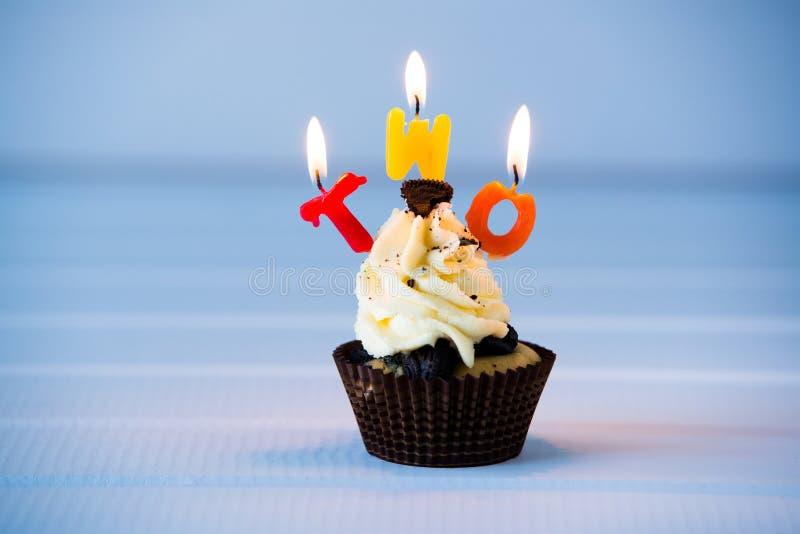 与一个蜡烛的杯形蛋糕2的-第二个生日 库存图片