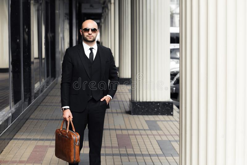 与一个袋子的商人在办公室附近 库存图片