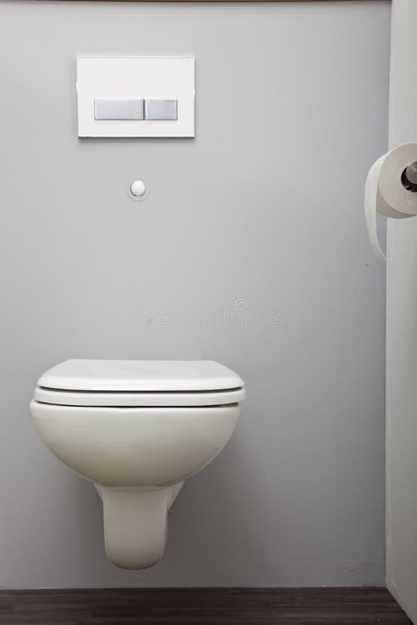 与一个被隐瞒的储水池的镶嵌墙上的洗手间 图库摄影