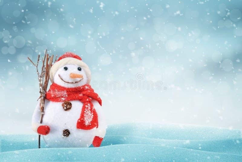 与一个逗人喜爱的雪人的圣诞节场面 文本的自由空间在右边 库存照片