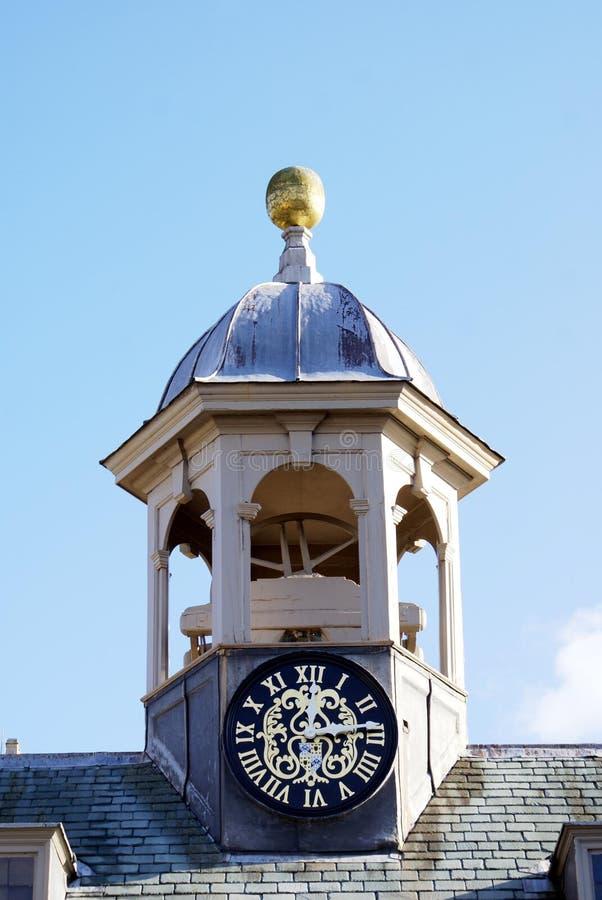与一个金黄球的半球形的钟楼 免版税库存照片