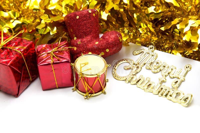 与一个金黄装饰品和红色礼物盒的圣诞节背景 图库摄影