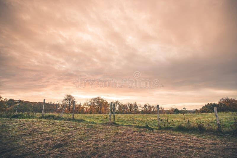 与一个铁丝网的乡下风景 库存照片