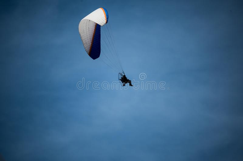 与一个马达的滑翔伞在拉帕尔玛岛 库存图片