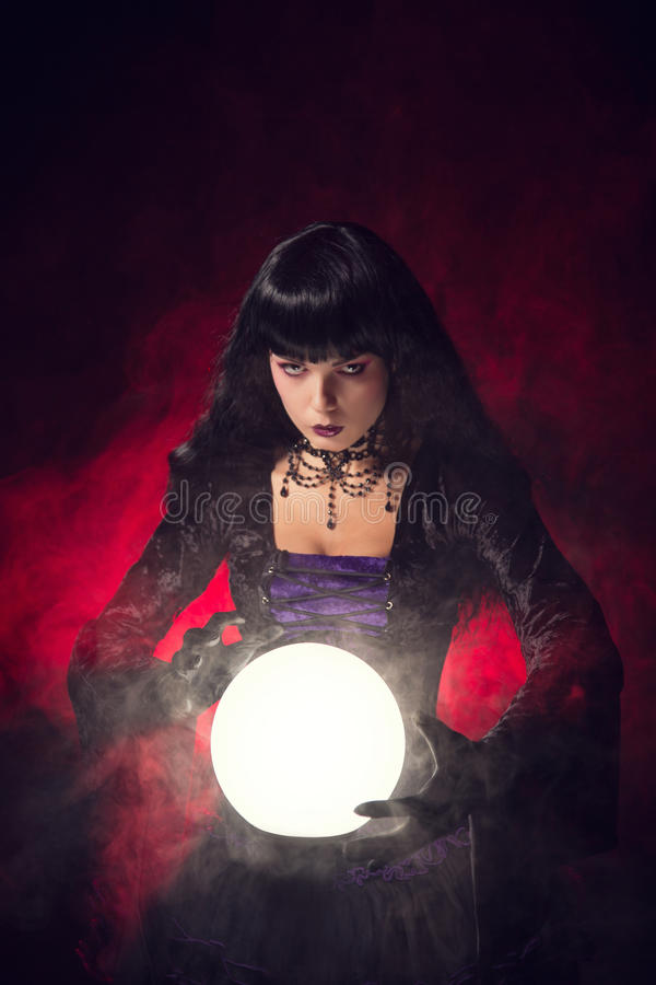 与一个水晶球的美丽的哥特式样式算命者 库存图片