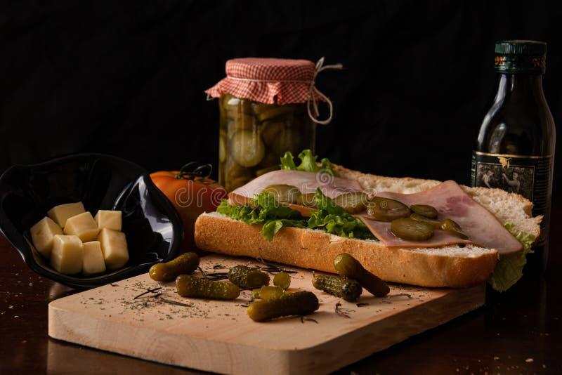 与一些橄榄油和乳酪的健康三明治 免版税库存照片