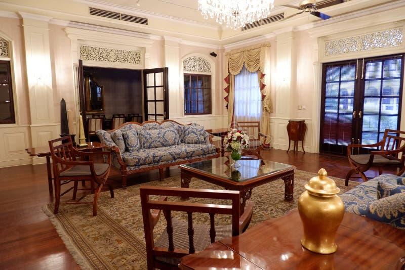 与一件伟大的装饰品的客厅概念 库存照片