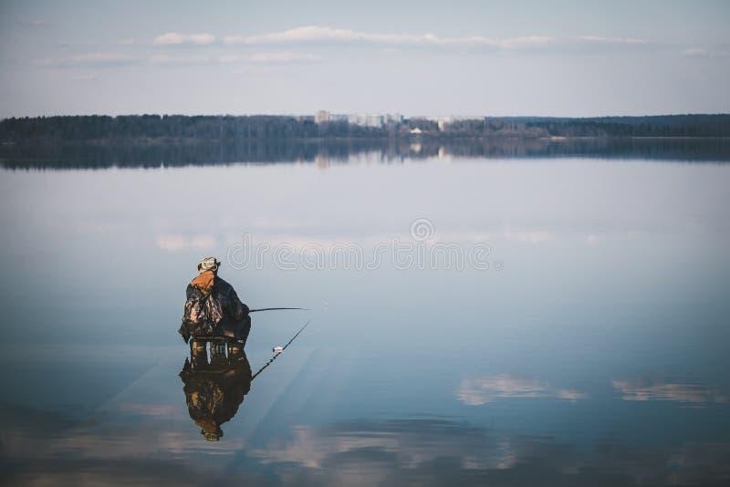 与一位渔夫的风景湖的 免版税图库摄影