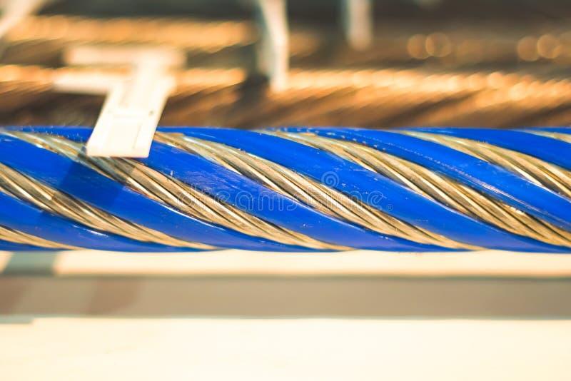 与一卷起的钢缆绳的工业背景 库存图片