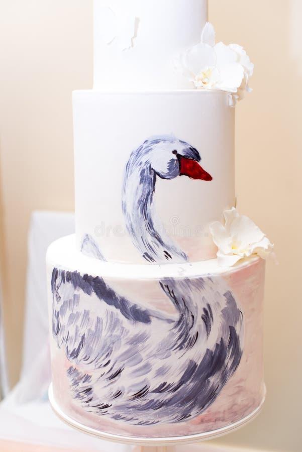 与一只图片天鹅的蛋糕,与白花 免版税库存照片