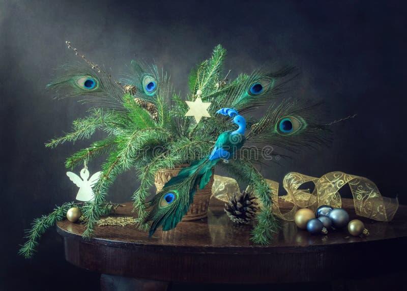 与一只装饰蓝色鸟的圣诞节和新年的静物画 免版税库存图片