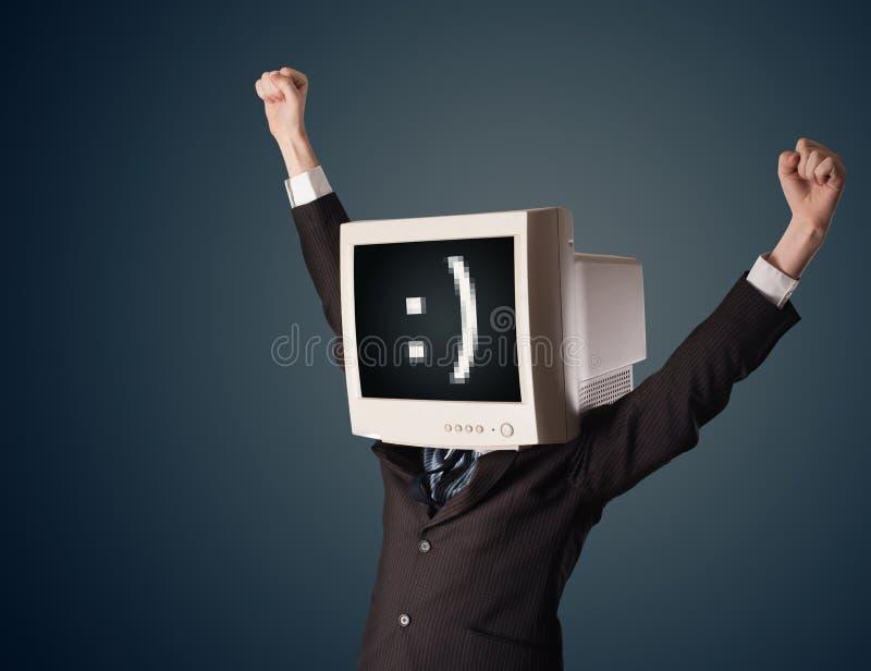 与一台显示器的滑稽的年轻商人在他的头和面带笑容 库存例证