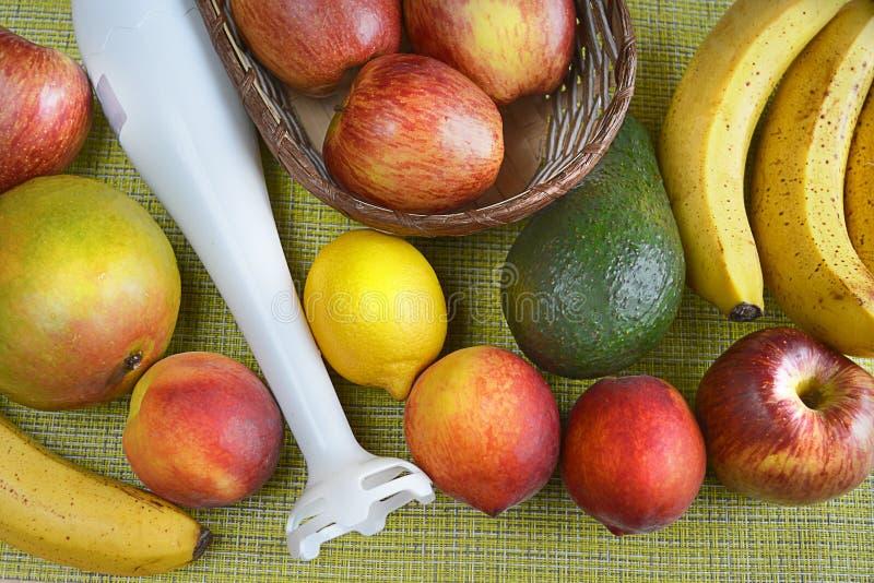 与一台白色搅拌器的不同的果子在台式视图 免版税库存照片
