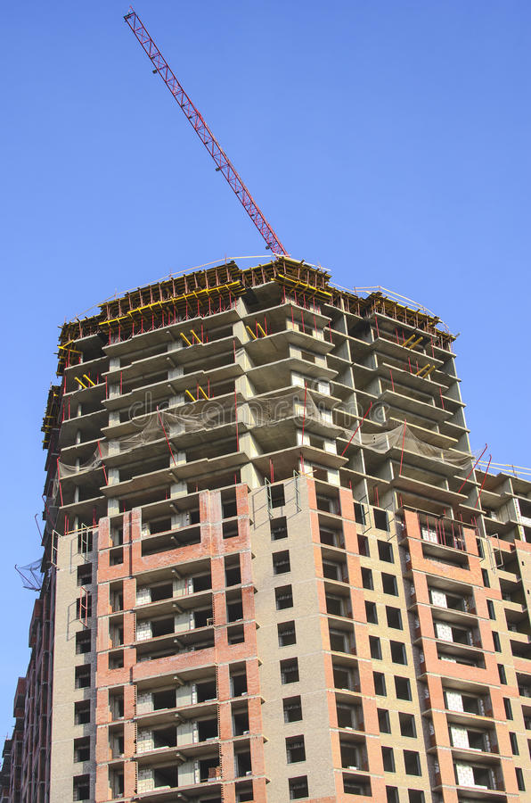与一台起重机的高层建筑物在屋顶 免版税库存图片