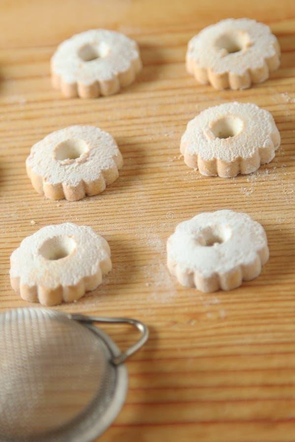 与一台过滤器的意大利canestrelli饼干搽粉的糖的 免版税库存图片
