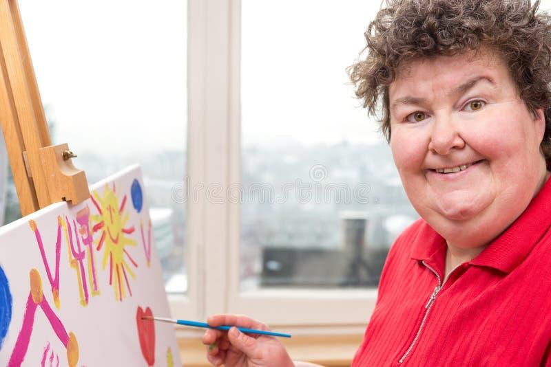 与一名弱智的妇女的绘画疗法 免版税库存照片