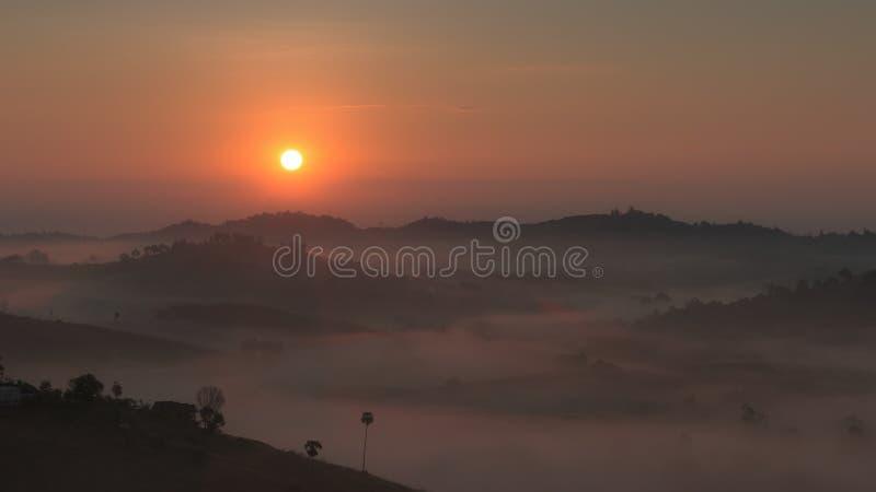 与一场雾的日出在冬天 库存图片