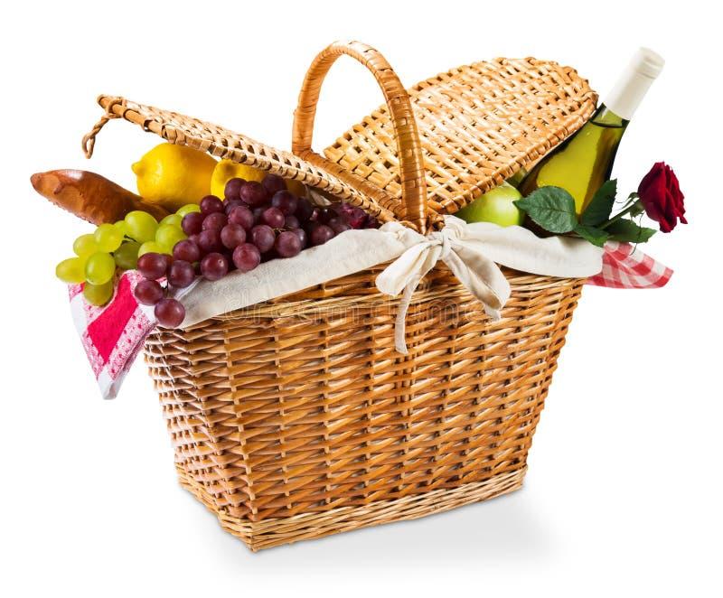 与一块红色方格花布布料的柳条野餐篮子在a 图库摄影