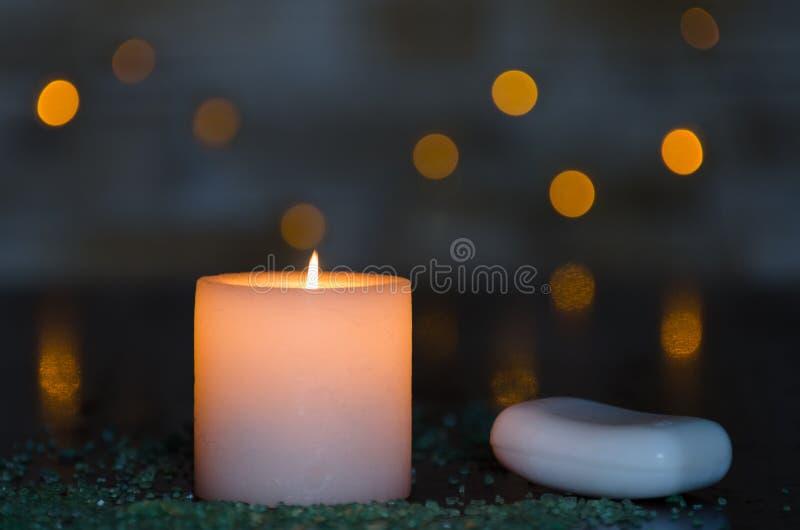 与一好的模糊的轻的bokeh的喜怒无常的烛光 为温泉完善 库存图片