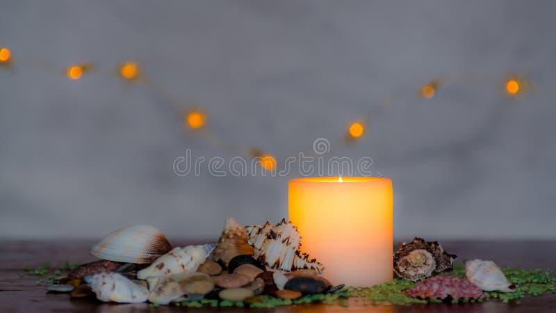 与一好的模糊的轻的bokeh的喜怒无常的烛光 为温泉完善 免版税库存图片
