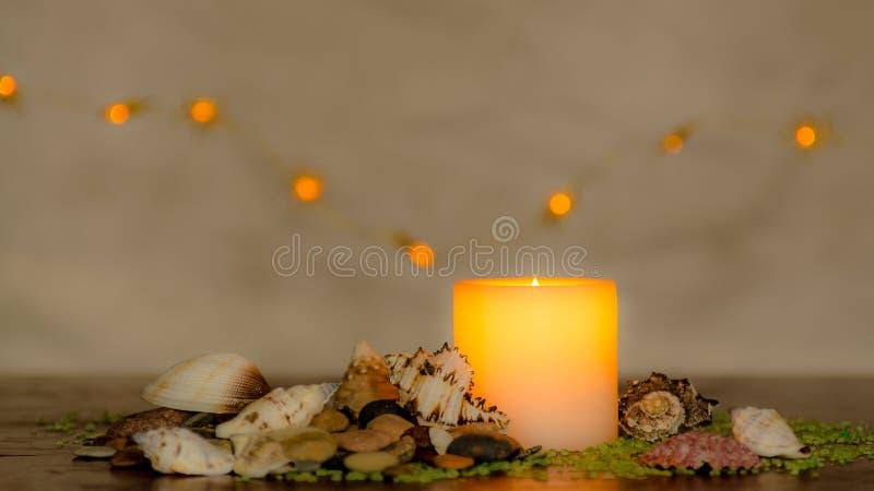 与一好的模糊的轻的bokeh的喜怒无常的烛光 为温泉完善 库存照片