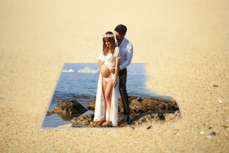 与一对年轻怀孕的夫妇的照片操作 免版税库存照片