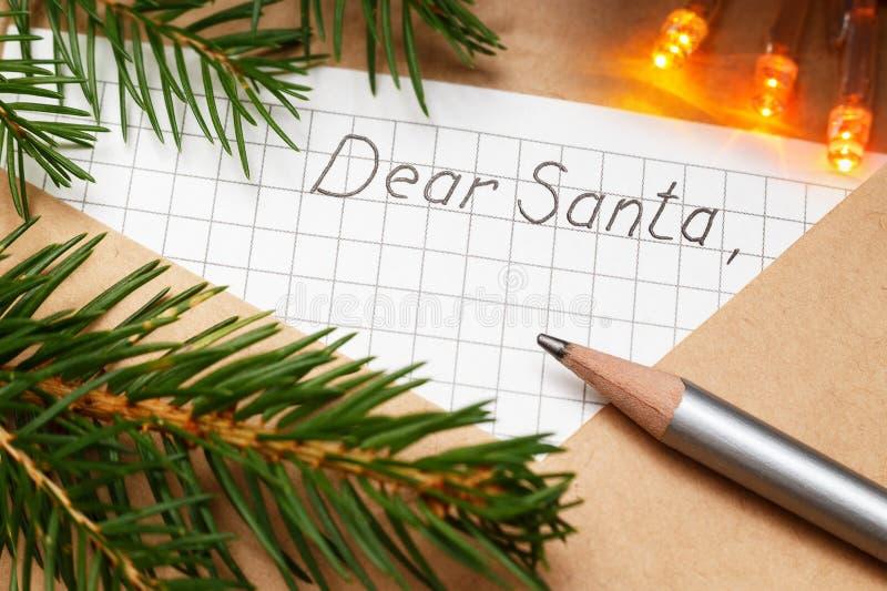 与一封信件的信封在桌上的圣诞老人的 圣诞节装饰装饰新家庭想法 免版税库存照片