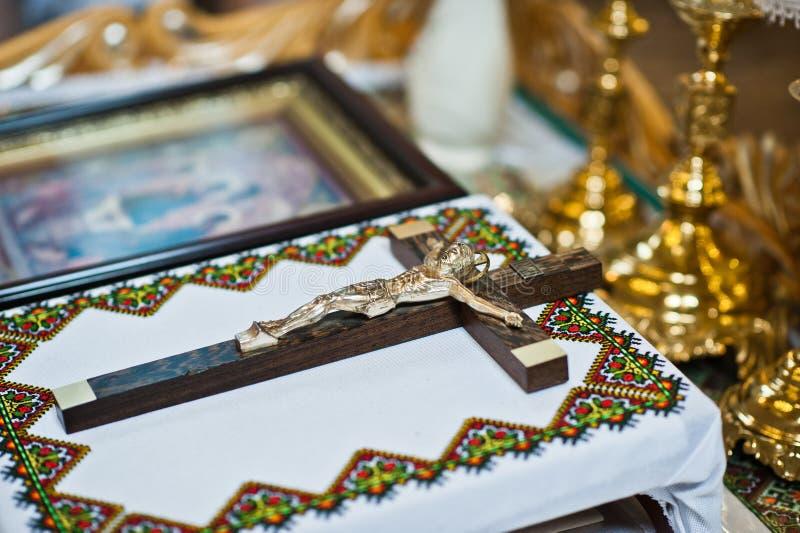 与一幅耶稣受难象的宽容木十字架在教会的桌上 免版税图库摄影