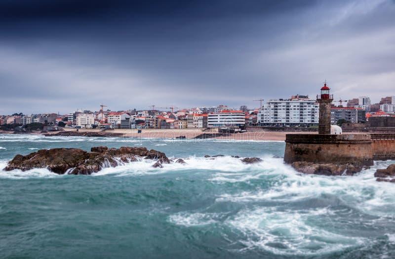 与一座灯塔在波尔图,美好的城市lan的海洋海岸 库存照片
