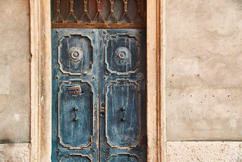 与一张报纸的老美丽的门在letterbox 库存照片