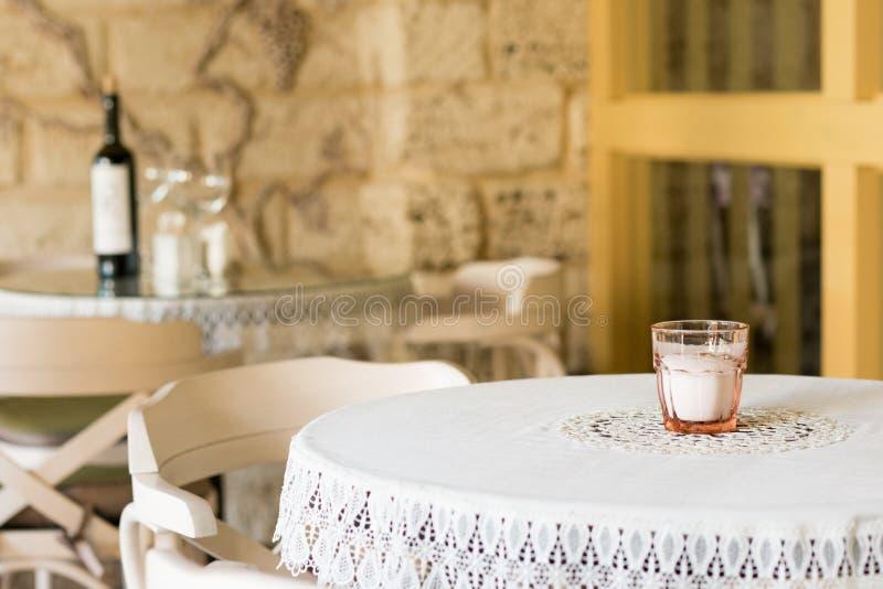与一张桌布的被盖的桌在餐馆 库存照片