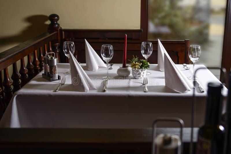 与一张桌的典雅的给上釉的大阳台内部出于对考虑 图库摄影