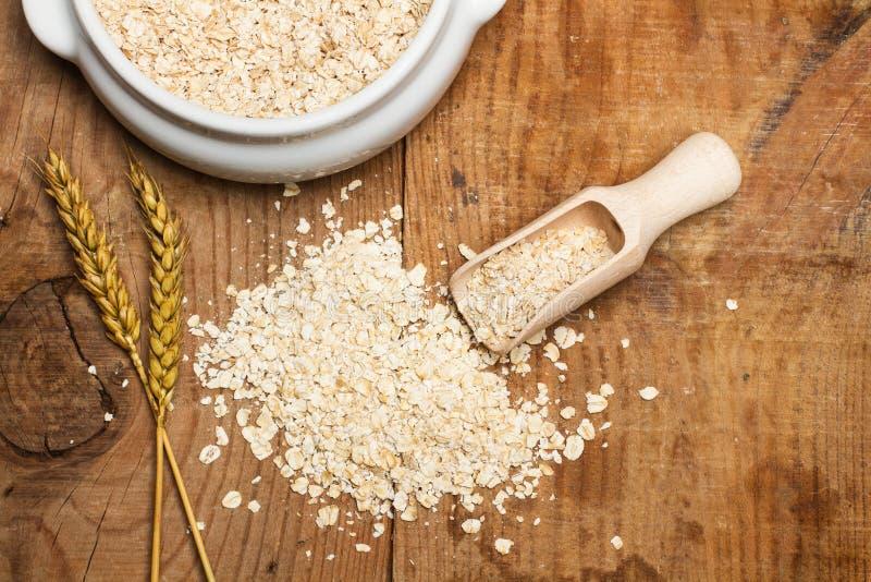 与一把木匙子的燕麦 免版税图库摄影