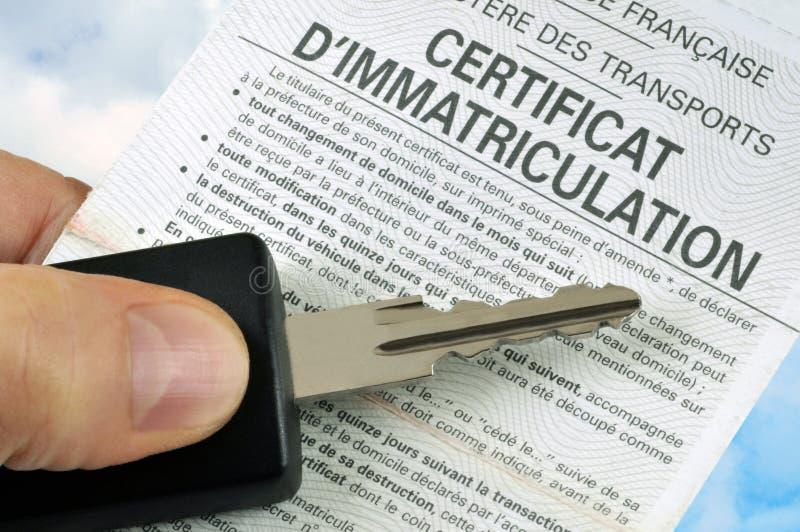 与一把汽车钥匙的法国登记证在特写镜头 皇族释放例证