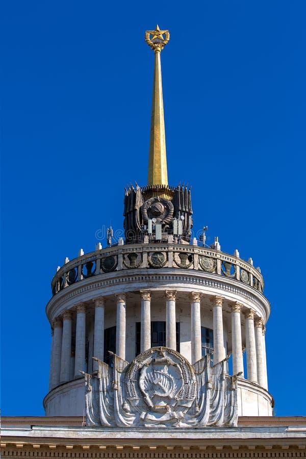 与一把锤子和镰刀的减速火箭的浅浮雕有在石碑的星的 免版税图库摄影