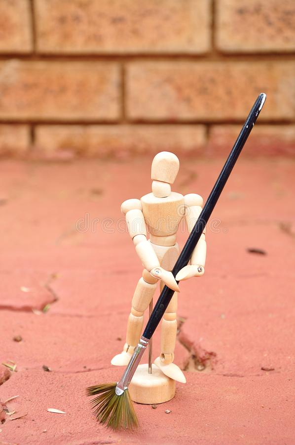 与一支画笔的一个木时装模特作为清扫铺的笤帚 免版税库存图片