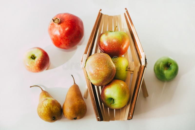 与一束的静物画苹果和篮子 免版税图库摄影