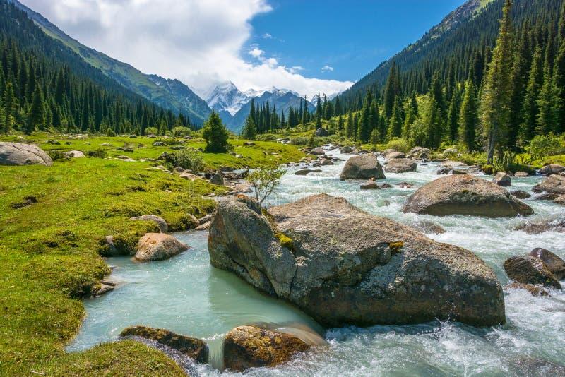 与一条动荡河,吉尔吉斯斯坦的山风景 库存图片