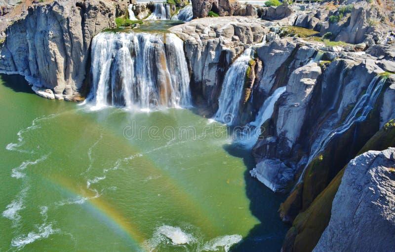 与一条双重彩虹的瀑布。 免版税库存图片