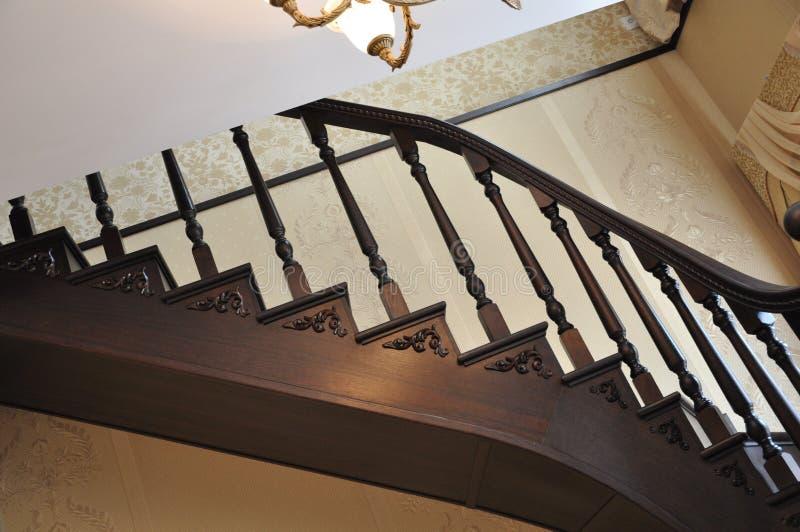 与一条左半径的一个楼梯 片段 免版税库存图片