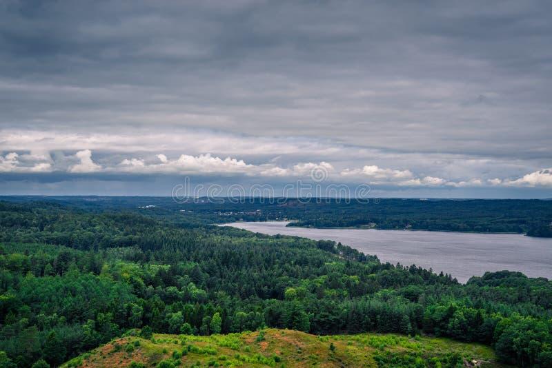 与一条河的风景在丹麦 免版税库存图片